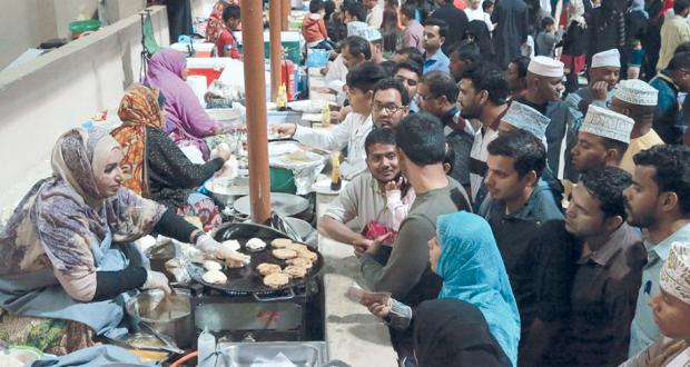 الخبز العماني واللقيمات والحلوى من أكثر المأكولات رواجا في المهرجان