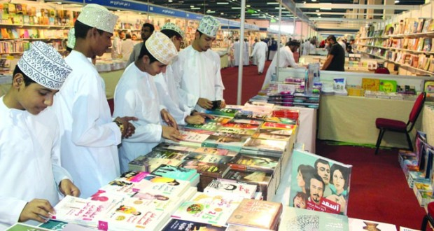 معرض مسقط الدولي للكتاب يشهد حضورا جماهيرا واسعا متنوعا في يومه الثاني