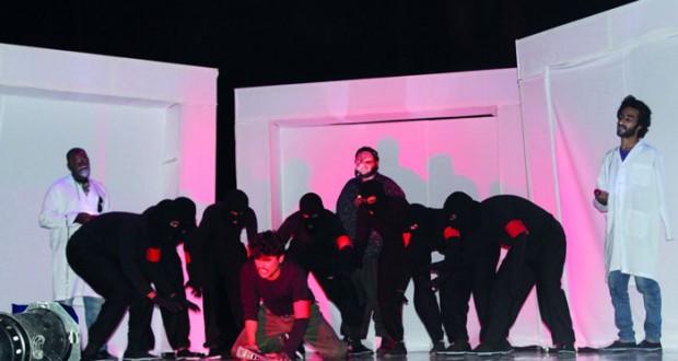 """مسرح نادي ظفار يستعرض مسرحية """" الغرق في أحواض الزجاج """""""