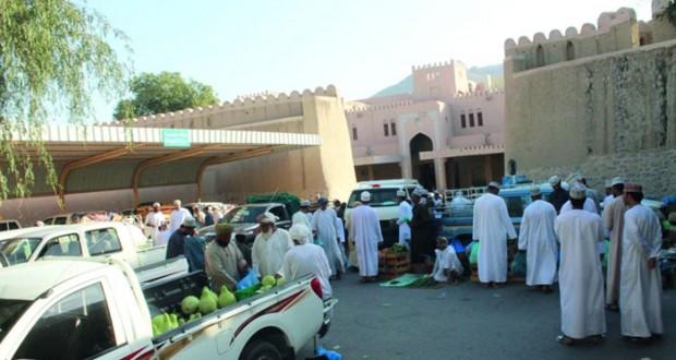 بلدية نزوى تطبق عددا من الإجراءات لتنظيم عملية البيع والشـراء بسوق نزوى المركزي