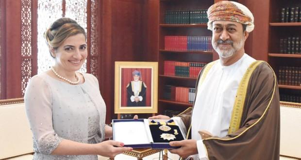 جلالة السلطان يمنح السفيرة الإيطالية (النعمان) من الدرجة الأولى