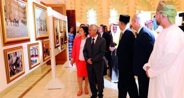 رؤساء البعثات الدبلوماسية والقنصلية يزورون معرض ملامح من مسيرة عمان الحديثة