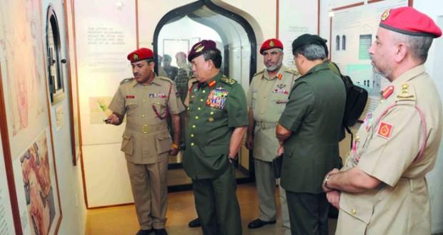 قائد القوات المسلحة الماليزية يزور مجلس الدولة ومتحف قوات السلطان المسلحة