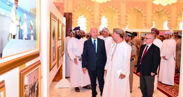 المدعي العام وأعضاء ومسئولو الادعاء العام يزورون معرض ( ملامح من مسيرة عُمان الحديثة )