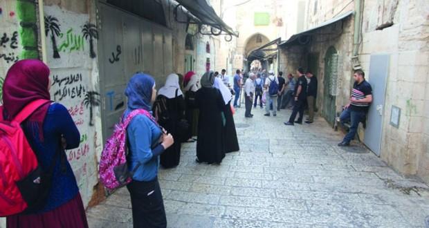جيش الاحتلال يعتدي على المبعدين عن (الأقصى) وعصابات مستوطنيه تقتحم باحات المسجد