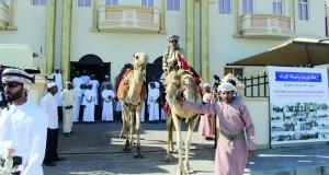 الرحالة أحمد المحروقي ينطلق من ولاية صور إلى الإمارات لإحياء التراث والسير على خطى الأجداد