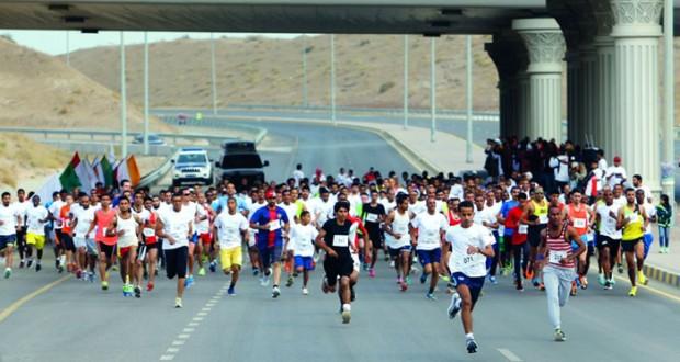 المغربي جوهر يخطف لقب فئة الرجال وأمينة لفئة السيدات في سباق تحدي العامرات