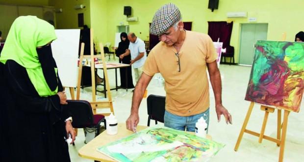 ختام حلقة عمل الرسم بألوان الإكريلك لمعلمي الفنون التشكيلية بجنوب الشرقية