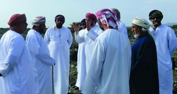 رئيس بلدية مسقط ومحافظ شمال الباطنة ووالي العامرات يطلعان على أضرار الأمطار بالولاية
