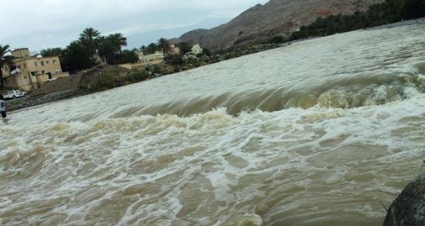 استمرار هطول الأمطار المتفاوتة الغزارة على عدد من ولايات السلطنة