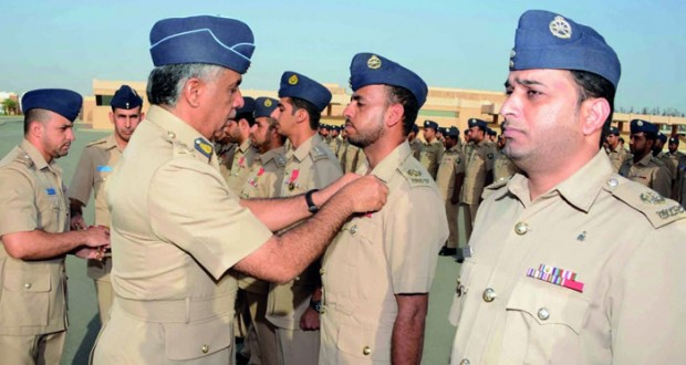 قائد سلاح الجو السلطاني العماني يسلم شهادات الإجادة لمنتسبي قيادة وقواعد السلاح