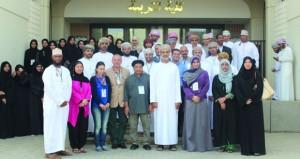 ملتقى الفنان المقيم بجامعة السلطان قابوس يثري طلبة الفنون التشكيلية بحلقات عمل متنوعة