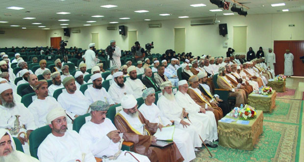 تواصل الجلسات البحثية وأوراق العمل والمناقشات العلمية التي تتناول سيرة وحياة الإمام محمد الخليلي بجامعة نزوى