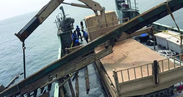 مركز الأمن البحري ينتشل حمولة سفينة تجارية غرقت شرق ميناء الصيد البحري بالسيب