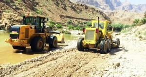 البلديات تسارع في تنظيف مخلفات الأمطار بعدد من محافظات و ولايات السلطنة
