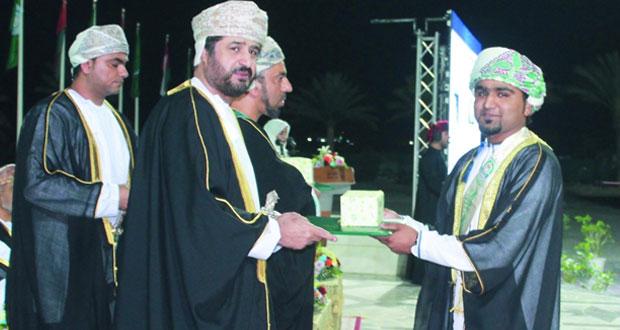 وزير الخدمة المدنية يرعى حفل تخريج الدفعة الثامنة من خريجي وخريجات جامعة نـزوى
