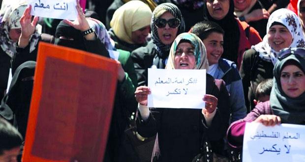 عباس يطرح مبادرة جديدة لحل أزمة المعلمين ويطالبهم باستئناف العام الدراسي