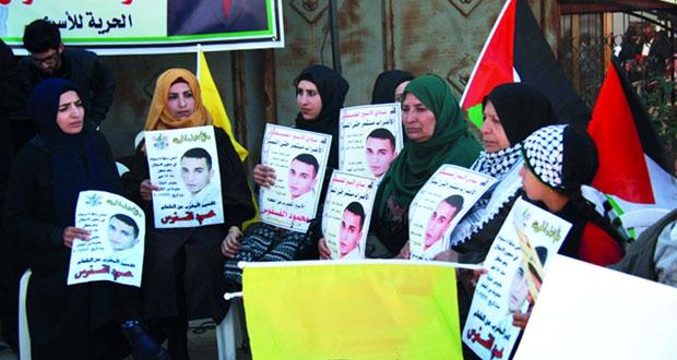جيش الاحتلال يعتدي على أسرة أسير خلال الزيارة .. وتمديد اعتقال آخر رغم قرار «العليا» بوقفه