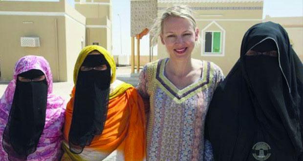 مصورة بريطانية تصدر كتابا عن المرأة العمانية