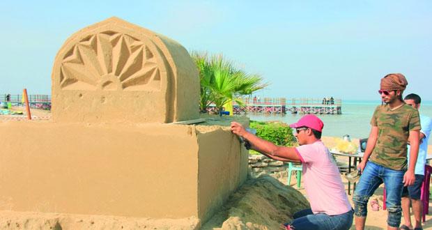 علي الجابري وعبدالعزيز المعمري يجسدان العمارة الإسلامية على الرمال