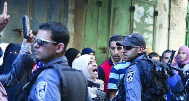 جيش الاحتلال يعتقل فلسطينية بزعم محاولة طعن جندي..وقضاؤه يمدد حبس أسيرتين بنفس التهمة