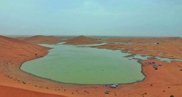 بحيرات مائية طبيعية وحركة سياحية نشطة والرمال الذهبية الناعمة وأشجار الغاف تزين جماليات المكان