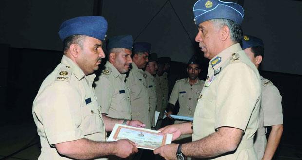 تسليم شهادات الإجادة وتقليد ميدالية الخدمة الطويلة والسلوك الحسن لعدد من منتسبي قاعدة مصيرة الجوية