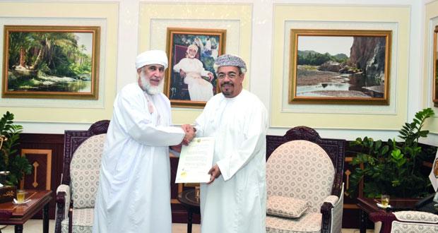 رئيس جامعة السلطان قابوس يكرم صالح الصوافي