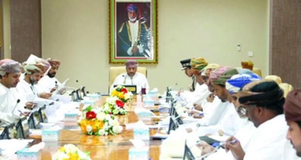 مناقشة عدد من المواضيع المتعلقة بتطوير الخدمات والعمل البلدي بظفار