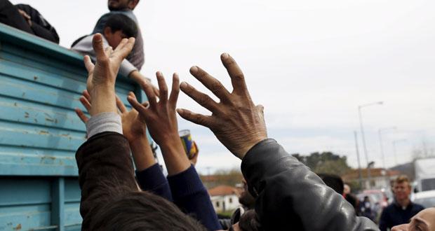 أوروبا تبدأ ترحيل المهاجرين من (ايدوميني) وتراجع كبير لتدفق اللاجئين من تركيا