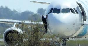 إنهاء خطف طائرة مصرية إلى قبرص .. الركاب سالمون والخاطف يسلم نفسه وترجيحات باضطراب نفسي