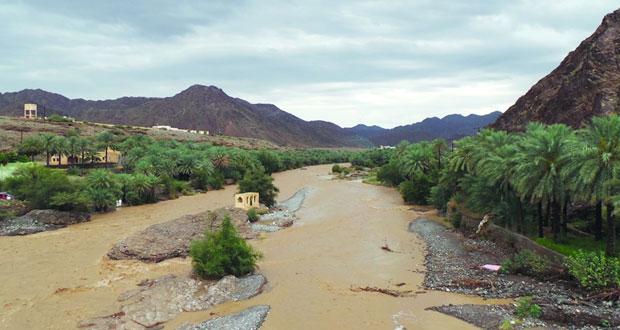 هطول أمطار متفاوتة الغزارة على عدد من محافظات السلطنة أدت إلى جريان الأودية ونزول الشعاب