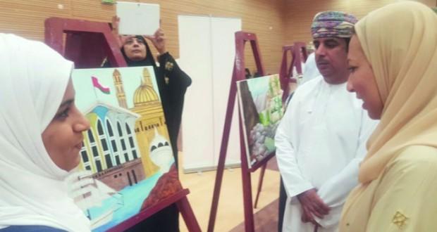 """افتتاح معرض الفنون التشكيلية """"أنامل مضيئة"""" للطلبة المجيدين بالسويق"""
