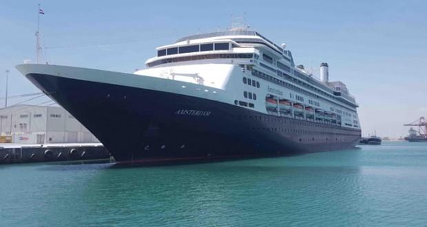 ميناء صلالة يستقبل سفينة سياحية هولندية على متنها 838 سائحاً