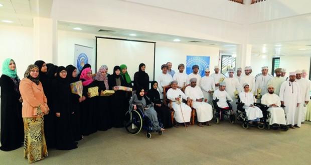توزيع أجهزة حاسوبية للطلبة ذوي الاحتياجات الخاصة بجامعة السلطان قابوس