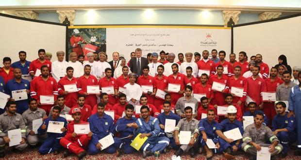 «تنمية نفط عمان» تحتفل بتخريج 71 مساعد حفار