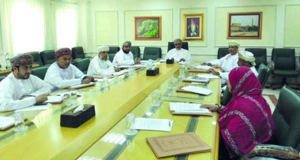 لجنة التنمية الإجتماعية بنـزوى توافق تقديم مساعدات لأسر ذوي الدخل المحدود والضمان الاجتماعي