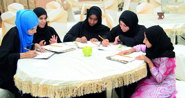 اللجنة الثقافية بنادي قريات تنظم حلقة عمل حول التكوين والتأمل فـي أساسيات الرسم