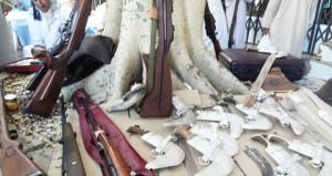 عرصة بيع الحلي والفضيات والخناجر بسوق نـزوى تشهد إقبالا كبيرا