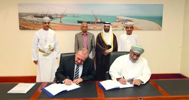 (اقتصادية الدقم) توقع اتفاقية تنفيذ الحزمة الثالثة لـ(الميناء)