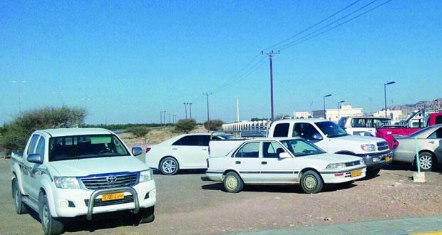 مراجعون يطالبون بتخصيص وتوسعة ورصف مواقف للمركبات فـي الساحة الأمامية بالدوائر الحكومية بعبري