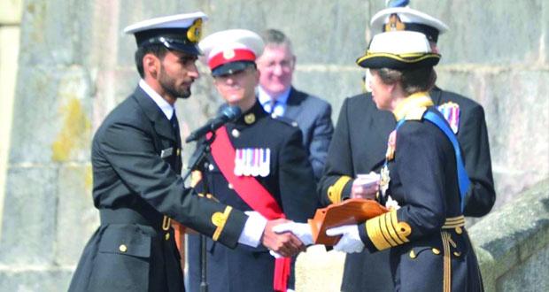 ضابط من البحرية السلطانية العمانية يحصل على الجائزة الأدميرالية البريطانية