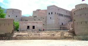 بدء إزالة مخلفات الجزء المنهار من سور قلعة الرستاق.. والأسبوع القادم بدء البناء