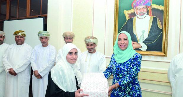 وزيرة التربية والتعليم تكرم الطلبة الحاصلين على مراكز متقدمة في المسابقات الخارجية