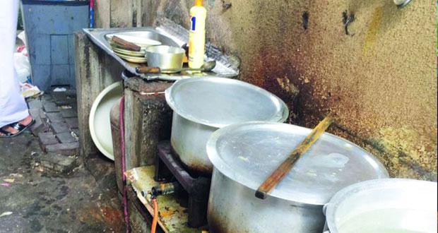 بلدية مسقط تضبط عمالا وافدين يمارسون طهي الطعام بكميات تجارية في ظروف غير صحية