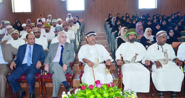 الادعاء العام ينظم محاضرة حول مكافحة الاتجار بالبشر بجامعة صحار