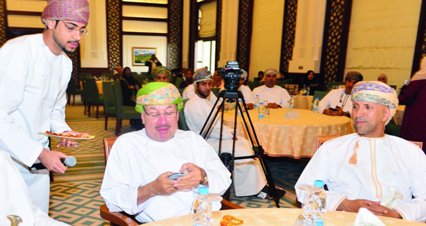 """رئيس بلدية مسقط يدشن تطبيق """"بلديتي"""" لتقديم الخدمات البلدية إلكترونيا على الهواتف الذكية"""