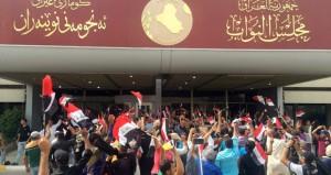 العراق : متظاهرون غاضبون يقتحمون مبنى البرلمان عقب إرجاء جلسته