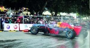 احتفالية رائعة ومثيرة في عرض سيارة ريد بل للفورمولا1 بقيادة المتسابق الشهير ديفيد كولتارد