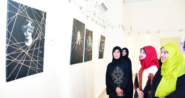 """افتتاح معرض""""لمسات ناعمة""""بمرسم الجمعية العمانية للفنون التشكيلية بصحار"""